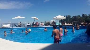 Recreación mediante juegos en la piscina del Hotel