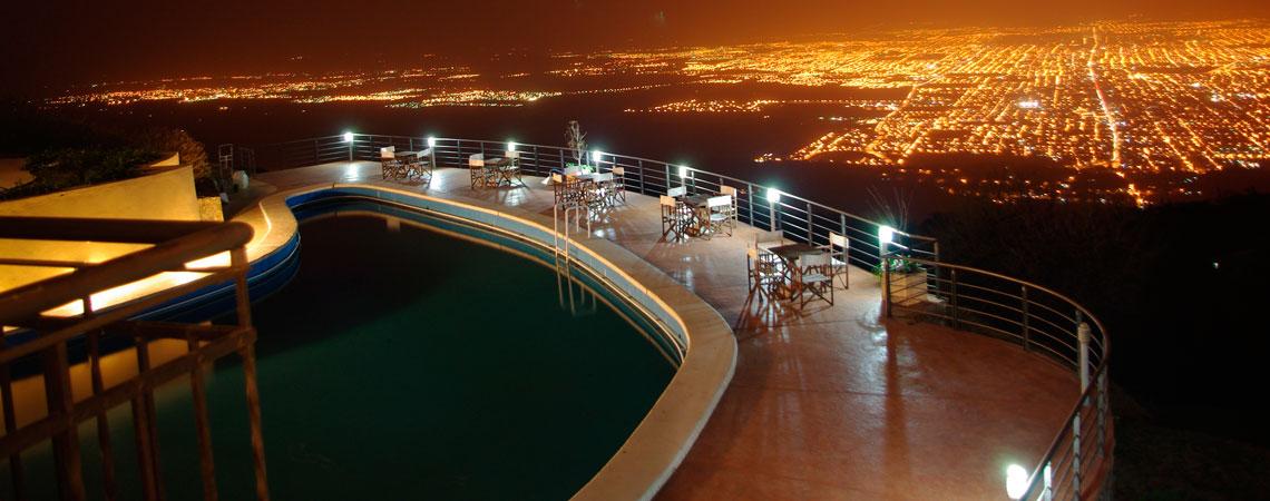 Vista Nocturna de San Miguel de Tucumán desde la piscina del Hotel